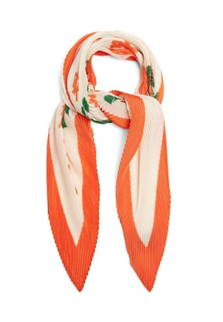 Shop The Shoot The scarf, your new best friend in a versatile accessory